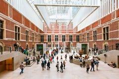 AMSTERDAM NEDERLÄNDERNA - AUGUSTI 03, 2017: Besökare i modern huvudsaklig korridor i den nya hjärtförmaken av Rijksmuseumen Arkivfoto