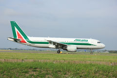 Amsterdam Nederländerna - Augusti 10 2015: EI-DTL Alitalia luftar Arkivbild