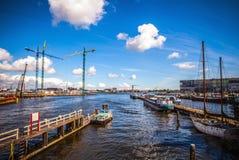 AMSTERDAM NEDERLÄNDERNA - AUGUSTI 15, 2016: Förtöja med en uppsättning av privata fartyg i Amsterdam Allmän landskapsikt av stade Arkivfoton