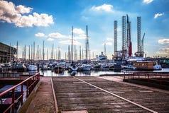 AMSTERDAM NEDERLÄNDERNA - AUGUSTI 15, 2016: Förtöja med en uppsättning av privata fartyg i Amsterdam Allmän landskapsikt av stade Royaltyfria Foton