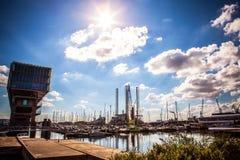 AMSTERDAM NEDERLÄNDERNA - AUGUSTI 15, 2016: Förtöja med en uppsättning av privata fartyg i Amsterdam Allmän landskapsikt av stade Royaltyfria Bilder
