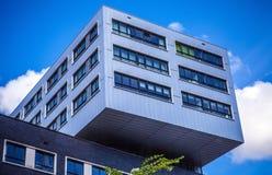 AMSTERDAM NEDERLÄNDERNA - AUGUSTI 15, 2016: Slott av rättvisa In Amsterdam Is en ny gränsmärke av västra IJ-skeppsdockor Royaltyfri Foto