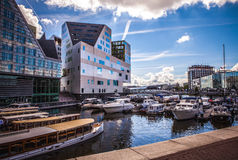 AMSTERDAM NEDERLÄNDERNA - AUGUSTI 15, 2016: Slott av rättvisa In Amsterdam Is en ny gränsmärke av västra IJ-skeppsdockor Royaltyfri Fotografi