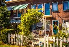 AMSTERDAM NEDERLÄNDERNA - AUGUSTI 15, 2016: Traditionell bostads- holländsk byggnadsnärbild Allmän landskapsikt av stadsgatan Arkivfoto