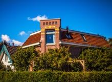 AMSTERDAM NEDERLÄNDERNA - AUGUSTI 15, 2016: Traditionell bostads- holländsk byggnadsnärbild Allmän landskapsikt av stadsgatan Arkivfoton