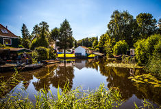 AMSTERDAM NEDERLÄNDERNA - AUGUSTI 15, 2016: Traditionell bostads- holländsk byggnadsnärbild Allmän landskapsikt av stadsgatan Royaltyfri Bild