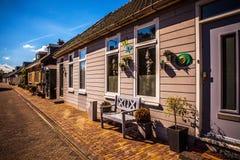 AMSTERDAM NEDERLÄNDERNA - AUGUSTI 15, 2016: Traditionell bostads- holländsk byggnadsnärbild Allmän landskapsikt av stadsgatan Royaltyfria Bilder