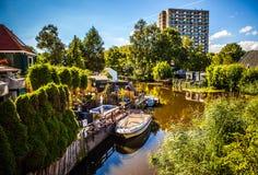 AMSTERDAM NEDERLÄNDERNA - AUGUSTI 15, 2016: Traditionell bostads- holländsk byggnadsnärbild Allmän landskapsikt av stadsgatan Arkivbilder