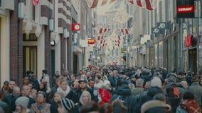 AMSTERDAM NEDERLÄNDERNA - DECEMBER 25, 2017 Fast utgift sköt av den fullsatta turist- gatan i centrum royaltyfri foto