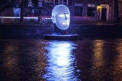 AMSTERDAM NEDERLÄNDERNA - DECEMBER 19, 2015: Ljusa installationer på nattkanaler av Amsterdam inom ljus festival på December 19, Arkivfoto