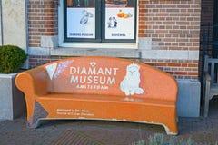 AMSTERDAM NEDERLÄNDERNA - DECEMBER 26, 2016: Orange bänk framme av diamantmuseet Arkivbild