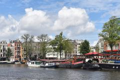 Amsterdam Nederländerna, Europa - Juli 27, 2017 Pittoreska hus i centret Royaltyfri Fotografi