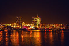 AMSTERDAM NEDERLÄNDERNA - JANUARI 1, 2016: Allmän sikt på nattkanalen i mitt av Amsterdam från bron nära museet Nemo 18 2009 fies Arkivfoto
