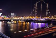 AMSTERDAM NEDERLÄNDERNA - JANUARI 1, 2016: Allmän sikt på nattkanalen i mitt av Amsterdam från bron nära museet Nemo 18 2009 fies Arkivfoton