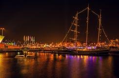 AMSTERDAM NEDERLÄNDERNA - JANUARI 1, 2016: Allmän sikt på nattkanalen i mitt av Amsterdam från bron nära museet Nemo 18 2009 fies Royaltyfria Foton