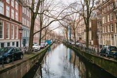Amsterdam Nederländerna, Januari 2, 2017: Sikt av traditionella hus i Amsterdam Nederländerna Europa Solnedgång afton Royaltyfria Bilder