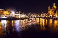 AMSTERDAM NEDERLÄNDERNA - JANUARI 20, 2016: Stadssikt av Amsterdam på natten Allmänna sikter av stadslandskapet på Januari 20, 20 Royaltyfria Bilder