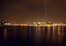 AMSTERDAM NEDERLÄNDERNA - JANUARI 20, 2016: Stadssikt av Amsterdam på natten Allmänna sikter av stadslandskapet på Januari 20, 20 Fotografering för Bildbyråer