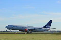 Amsterdam Nederländerna - Januari 7th 2018: Skandinaviska flygbolag Boeing 737-800 för LN-RGA SAS Arkivfoto