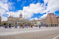 Amsterdam Nederländerna - Juli 10, 2015: Dämma av fyrkanten på en härlig solig dag, en högväxt monument och historiska byggnader Arkivfoto