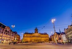 Amsterdam Nederländerna - Juli 10, 2015: Den oerhörda kungliga slotten som sett across från fördämningfyrkant i ett härligt Royaltyfria Foton