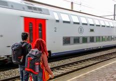 Amsterdam Nederländerna - Juli 18, 2016: Par av ryggsäckar som reser i Europa De förbereder sig att gå till ett nytt land Fotografering för Bildbyråer