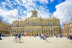 Amsterdam Nederländerna - Juli 10, 2015: Royal Palace på en härlig solig dag, majestätisk europeisk arkitektur och Royaltyfri Foto