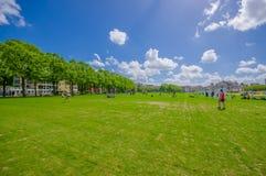 Amsterdam Nederländerna - Juli 10, 2015: Stor gräsplan parkerar med träd och gräsfält i staden, härlig blå himmel Arkivbilder