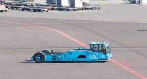 AMSTERDAM NEDERLÄNDERNA - JULI 19: Stor KLM flygplanbogserbåt på Royaltyfri Bild
