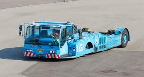 AMSTERDAM NEDERLÄNDERNA - JULI 19: Stor KLM flygplanbogserbåt på Royaltyfri Fotografi