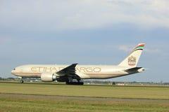 Amsterdam Nederländerna - Juli 6th, 2017: A6-DDB Etihad Airways Boeing 777-FFX Royaltyfri Foto