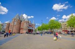Amsterdam Nederländerna - Juli 10, 2015: Waagen, väger huset, en kvarleva av tidigare stadsväggar Konstruerat i 1488 Royaltyfria Bilder