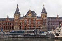 AMSTERDAM NEDERLÄNDERNA - JUNI 25, 2017: Amsterdam Centraal stationsbyggnad Arkivbilder