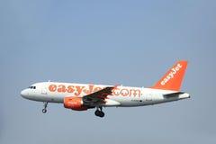 Amsterdam Nederländerna - Juni 12 2015: G--EZAYeasyJetflygbuss Arkivfoto