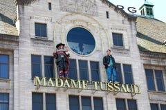 AMSTERDAM NEDERLÄNDERNA - JUNI 6, 2018: hänrycka tecknet på byggnaden av madamen Tussaud Museum i Amsterdam, Nederländerna royaltyfri foto