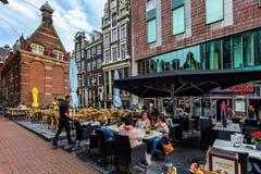 AMSTERDAM NEDERLÄNDERNA - JUNI 10, 2014: Härliga sreets av Amsterdam med shoppar på sommardag Royaltyfria Bilder