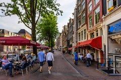 AMSTERDAM NEDERLÄNDERNA - JUNI 10, 2014: Härliga sreets av Amsterdam med shoppar på sommardag Royaltyfri Bild