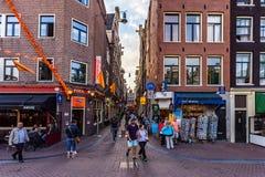 AMSTERDAM NEDERLÄNDERNA - JUNI 10, 2014: Härliga sreets av Amsterdam med shoppar på sommardag Arkivfoto