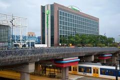 AMSTERDAM NEDERLÄNDERNA - JUNI 25, 2017: Holiday Inn uttrycklig hotellbyggnad nära den Amsterdam Sloterdijk stationen Royaltyfri Fotografi