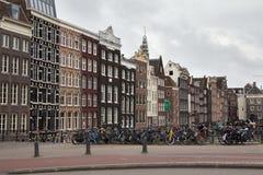AMSTERDAM NEDERLÄNDERNA - JUNI 25, 2017: Sikt till de gamla historiska holländska byggnaderna i Amsterdam Arkivfoton