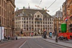 AMSTERDAM NEDERLÄNDERNA - JUNI 25, 2017: Sikt till vaxmuseet för madam Tussauds Amsterdam från den Damrak gatan Arkivbilder
