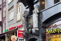 AMSTERDAM NEDERLÄNDERNA - JUNI 25, 2017: Stenen skulpterar på väggen av den av historiska byggnaden på Damrak St Fotografering för Bildbyråer