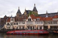 AMSTERDAM NEDERLÄNDERNA - JUNI 25, 2017: Turist- informationsbyrå och kafé-restaurang Loetje nära den Amsterdam Centraal statione Arkivfoton