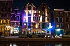 Amsterdam Nederländerna-Maj 01: Berömd Amsterdam bulldoggcoffeeshop och hotell på natten i bordellkvarter på Maj 01,2015 Arkivbild