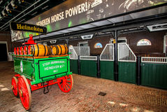 Amsterdam Nederländerna - Maj 7, 2016: Den Heineken erfarenheten som lokaliseras i Amsterdam, är ett historiskt bryggeri och en f royaltyfri bild