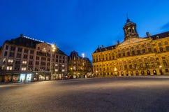 Amsterdam Nederländerna - Maj 7, 2015: Den turist- besökfördämningfyrkanten med en sikt av Royal Palace och madamen Tussaud vaxar Arkivfoto