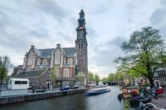 Amsterdam Nederländerna - Maj 7, 2015: Folk på Westerkerk i Amsterdam Arkivfoton