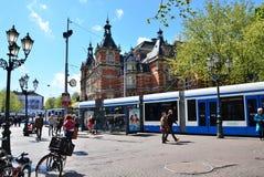 Amsterdam Nederländerna - Maj 6, 2015: Folk runt om Stadsschouwburg byggnad Royaltyfri Fotografi