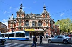 Amsterdam Nederländerna - Maj 6, 2015: Folk runt om Stadsschouwburg byggnad (kommunal teater) på Leidseplein Arkivbilder