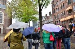 Amsterdam Nederländerna - Maj 16, 2015: Folk som köar på det Anne Frank huset Royaltyfri Bild